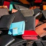 赤や青い財布は風水的によくない?